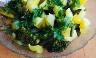 Шаг 5: Готовые овощи переложите в отдельную тарелку, украсьте зеленью.