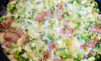 Шаг 5: Разогретую сковороду смажьте растительным маслом и вылейте готовую массу. Готовьте на среднем огне несколько минут, затем аккуратно переверните омлет и обжарьте с другой стороны.