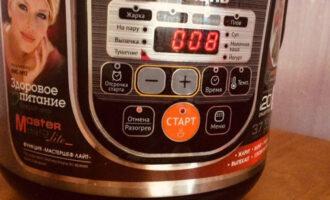 """Шаг 5: Установите программу МУЛЬТИПОВАР, время приготовления 8 минут, температуру 90С. Нажмите кнопку """"Старт"""". Готовьте до окончания программы при открытой крышке, непрерывно помешивая."""