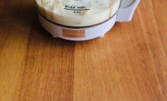 Шаг 6: Переложите рыбу в блендер, добавьте кипяченое молоко и взбейте до однородной массы.
