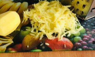 Шаг 6: Картофель натрите на крупной терке и руками выжмите из него жидкость.
