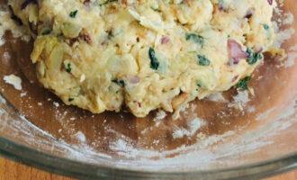 Шаг 9: Добавьте к готовой смеси муку и замесите тесто.