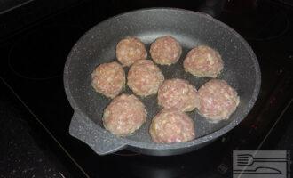 Шаг 5: Сформируйте котлеты. Выкладывайте котлеты на заранее разогретую сковороду с антипригарным покрытием.