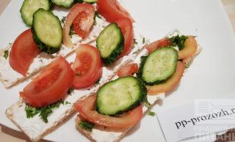 Шаг 6: Выкладывайте  овощи на хлебцы и наслаждайтесь перекусом!