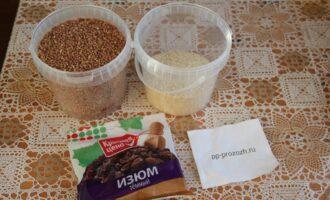 Шаг 1: Подготовьте ингредиенты: гречку, кунжут и изюм.