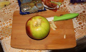 Шаг 2: Выньте из яблок сердцевину.