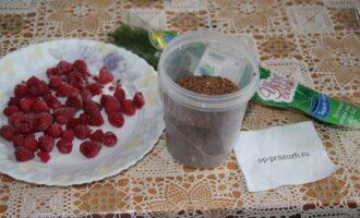Шаг 1: Подготовьте ингредиенты: малину, семена льна, помойте зелень.