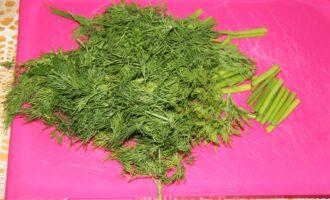 Шаг 2: Нарежьте крупно зелень.