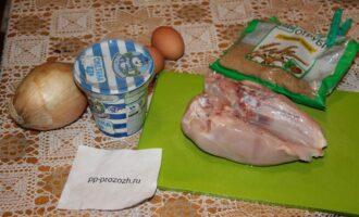 Шаг 1: Подготовьте ингредиенты: яйца, отруби, лук, промойте филе.