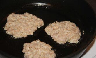 Шаг 10: Выкладываем ложкой смесь на раскаленную сковороду с кокосовым маслом и жарим 2-5 минут с каждой стороны.