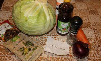 Шаг 1: Подготовьте ингредиенты: капусту, морковь, лук, специи, уксус, помойте свеклу.