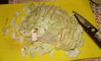 Шаг 4: Нарежьте капусту.