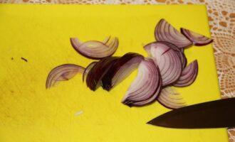 Шаг 5: Нарежьте лук.