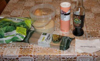 Шаг 1: Подготовьте ингредиенты: спагетти, соевый соус, лук, брокколи.