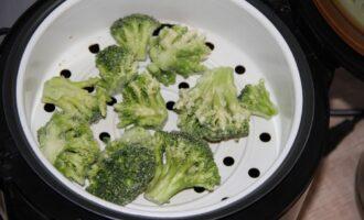 Шаг 2: Залейте в чашу мультиварки воду и приготовьте на пару брокколи. Готовка займет около 15-20 минут.