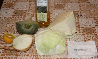 Шаг 1: Подготовьте ингредиенты: редьку, лук, капусту, масло, соль.