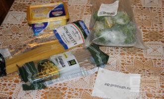 Шаг 1: Подготовьте ингредиенты: спагетти, замороженный шпинат, плавленный сыр.