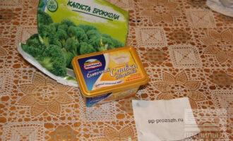 Шаг 1: Подготовьте ингредиенты: плавленный сыр, брокколи, специи.