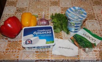 Шаг 1: Подготовьте ингредиенты: перец, брынзу, кинзу, сметану, чеснок, шпинат.