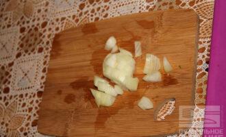 Шаг 2: Нарежьте лук.