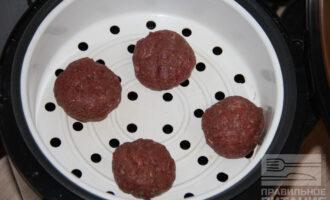 Шаг 5: Тщательно перемешайте фарш. Сформируйте шарики, налейте в чашу мультиварки воду и готовьте на пару 25 минут с одной и с другой стороны.