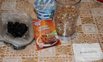 Шаг 1: Подготовьте ингредиенты: чернослив, грецкие орехи, тыквенные семечки, сметану.