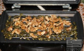 Шаг 3: Через пару минут добавьте грецкие орехи.