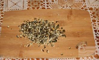 Шаг 7: Измельчите тыквенные семечки.