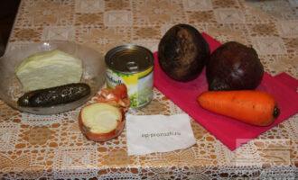 Шаг 1: Подготовьте ингредиенты: свеклу, морковь, лук, горошек, огурец, капусту.