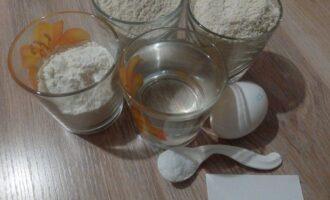 Шаг 1: Подготовьте продукты для теста: муку овсяную, цельнозерновую и кукурузную, воду, яйцо и соль.