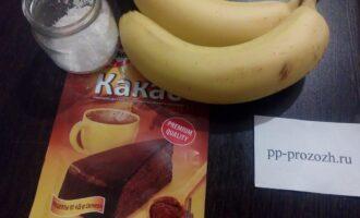 Шаг 1: Подготовьте ингредиенты для мороженого: бананы, какао и кокосовую стружку.