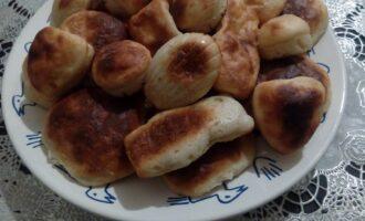 Шаг 8: Готовое печенье немного остудите и выложьте на блюдо. У этого печенье очень вкусный творожный аромат и нежная текстура, рекомендую.