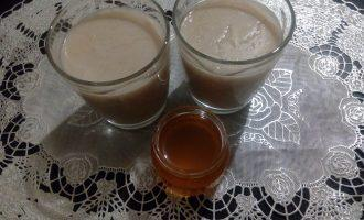 Шаг 6: Готовый кисель остудите до теплого состояния, добавьте, при желании, мёд, ягоды или рубленые орешки. Оставшийся кисель храните в холодильнике, подогревая перед подачей. КБЖУ в рецепте указано на 200 мл. напитка без добавок.