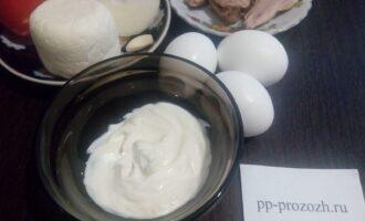 Шаг 1: Подготовьте продукты для салата: отварное куриное мясо, яйца, помидоры, сыр, лук, майонез, сметану, соль и чеснок.