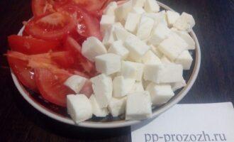 Шаг 3: Помидоры нарежьте дольками, сыр кубиками.