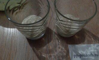 Шаг 4: Возьмите порционные формы (стаканы, бокалы, креманки) выложите первым слоем половину творожной массы.