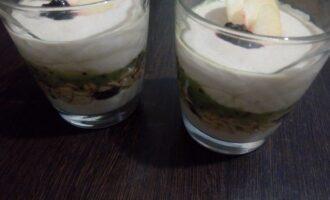 Шаг 6: Третий слой - пюре из киви. И последний - творожная масса. Украсьте фруктами или ягодами на ваш вкус. Приятного аппетита.