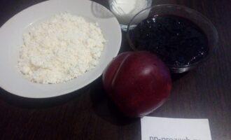 Шаг 1: Подготовьте продукты для мороженого: мягкий творог, кефир, варенье из смородины без сахара, сахарозаменитель.