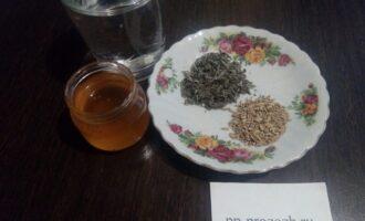 Шаг 1: Подготовьте ингредиенты для чая: душицу, фенхель, воду и мёд.