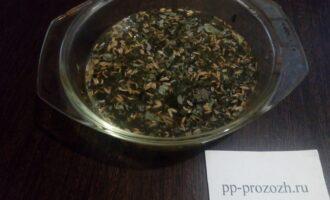 Шаг 2: Положите семена фенхеля и траву душицы в жаростойкую посуду. Лучше эмалированную или стеклянную. Вскипятите стакан воды и залейте смесь. Накройте крышкой и поставьте на водяную баню.