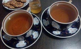 Шаг 6: Вместо кипятка можно использовать свежезаваренный, некрепкий зеленый чай. Когда температура напитка станет не выше 40 градусов, добавьте по чайной ложке мёда.