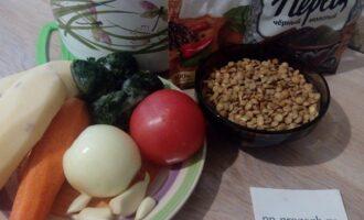 Шаг 1: Подготовьте ингредиенты для супа: бульон (воду), чечевицу, картофель, морковь, лук, чеснок, шпинат, соль и приправы.