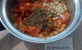 Шаг 6: Добавьте измельченный чеснок и базилик, готовьте еще 1 минуту.