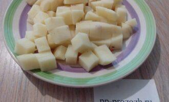 Шаг 7: Картофель порежьте на кусочки, когда чечевица станет мягкой, добавьте его в суп. Посолите по вкусу, варите 15 минут.