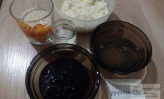 Шаг 1: Подготовьте ингредиенты для запеканки: сухой обезжиренный творог, яичные белки, варенье без сахара, овсяную муку и сахарозаменитель.