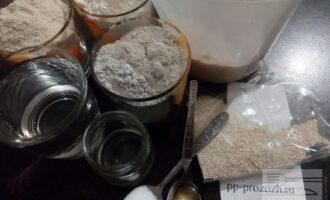 """Шаг 1: Подготовьте ингредиенты для хлеба: """"подкормленную"""" закваску, муку, воду, соль, мёд и оливковое масло. Для """"подкормки"""" закваски возьмите 60 грамм закваски из холодильника, дайте ей согреться пару часов при температуре 25-27 градусов. Добавьте 50 грамм муки (цельнозерновой и ржаной) и 50 миллилитров тёплой воды, перемешайте и накройте полотенцем. Оставьте подниматься при температуре 25 градусов на 4 часа."""