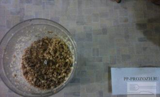 Шаг 4: После этого возьмите грецкий орех и измельчите его. Я для этого использую блендер, но кто любит кусочки по крупнее может просто растолочь в ступе или тарелке. Высыпьте орехи в кастрюлю, добавьте туда 2 стакана воды и рис.