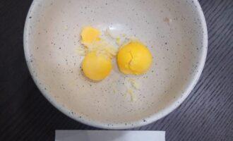 Шаг 5: Приготовьте соус.  Для этого смешайте 2 желтка с 2 зубчиками чеснока.