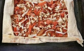 Шаг 5: Распределите равномерно курицу, томаты и лук на лаваше.