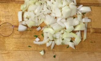 Шаг 5: Нарежьте репчатый лук.
